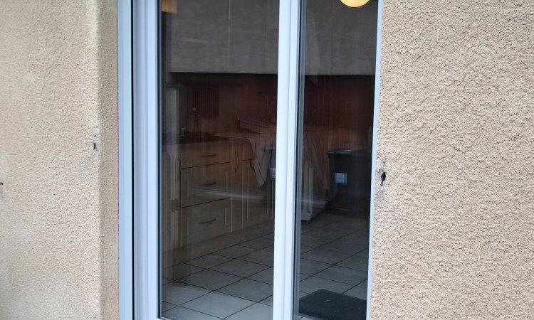 Porte fenêtre deux vantaux en PVC gris 7035
