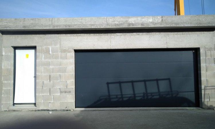 installation porte de garage sectionnelle motorisée